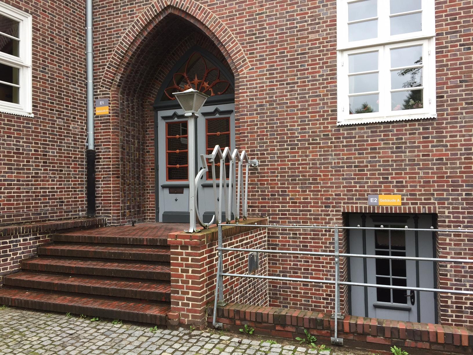 Eingangsbeschilderung ist ein Bestandteil des einheitlichen Orientieurngssystems im FLS-Design.