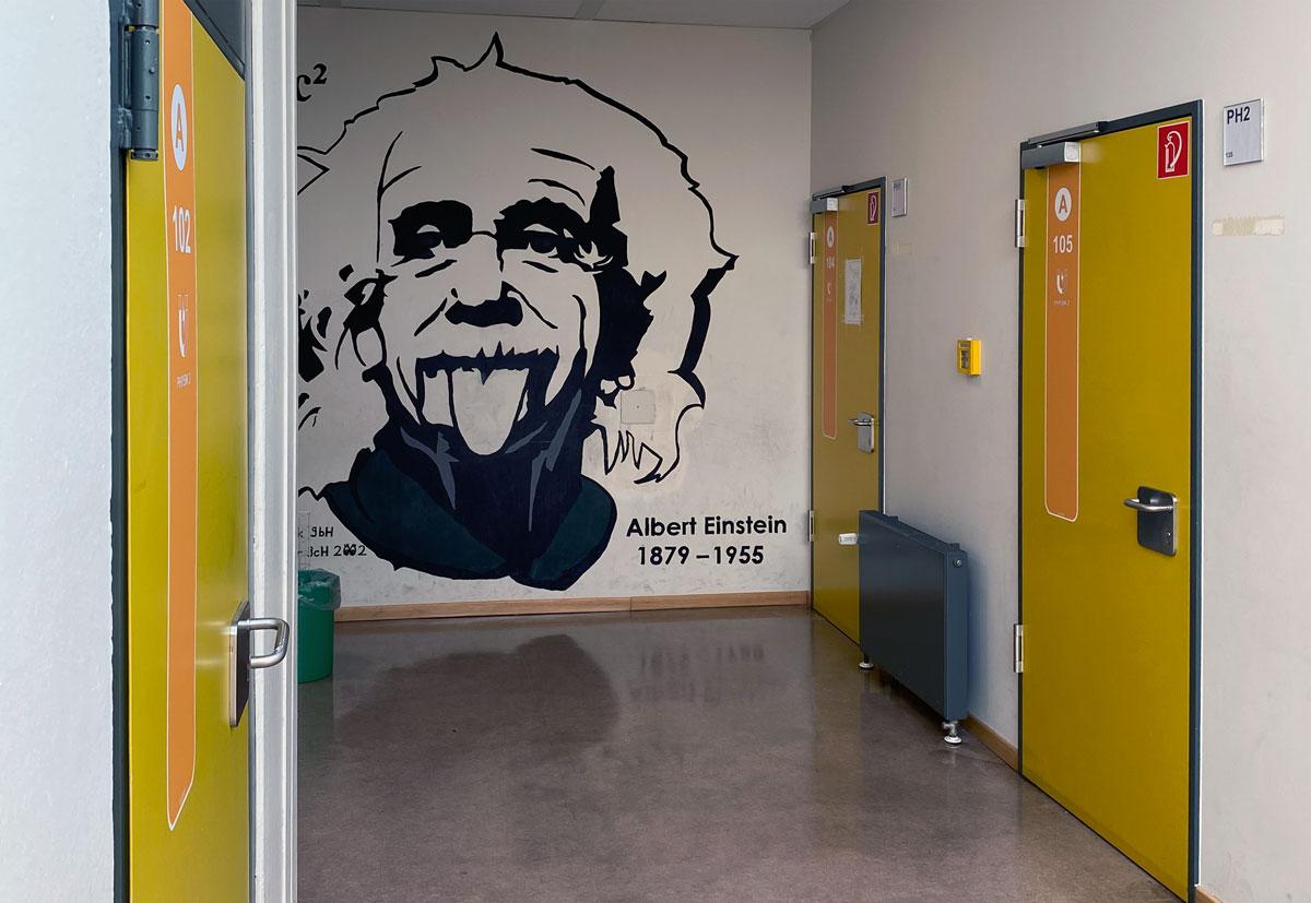 Türmarker an der Johannes-Gutenberg-Schule in Gernsheim mit Einstein-Wand-Motiv