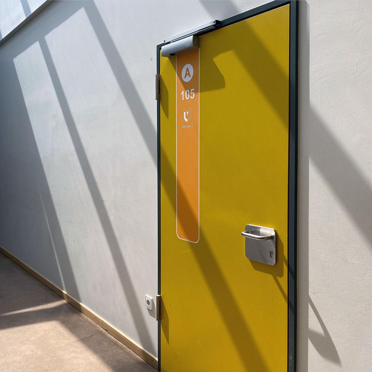 Gelbe Türmarker an der Johannes-Gutenberg-Schule in Gernsheim